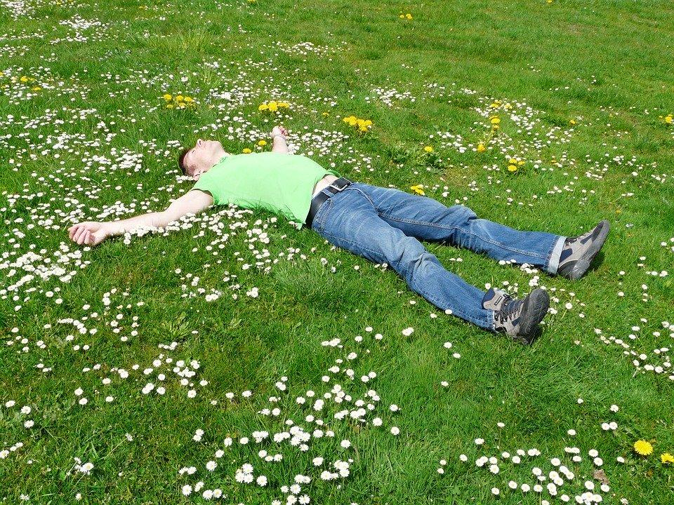 Muž na tráve
