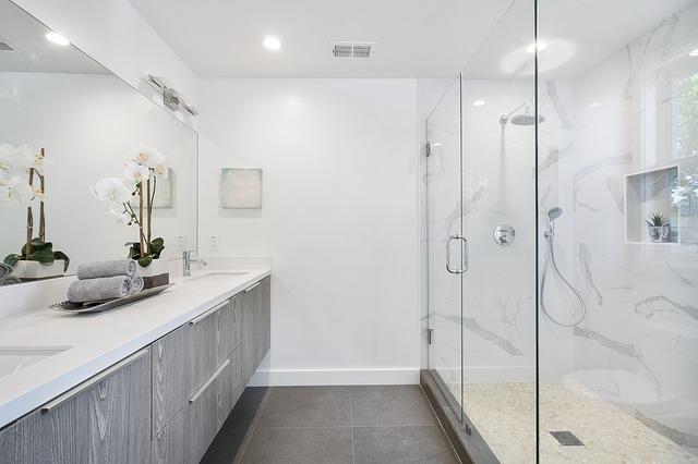 stěna sprchová