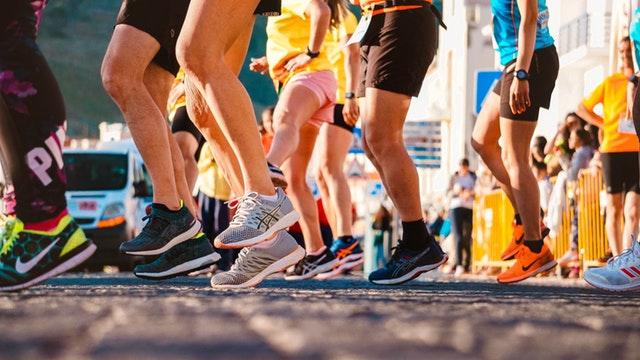 Ľudia v športovom oblečení, ktorí skáču