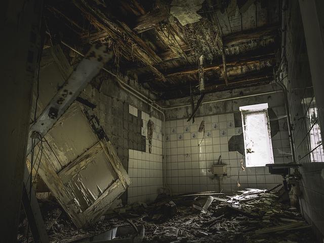 Rozbitá, zanedbaná a špinavá miestnosť.jpg