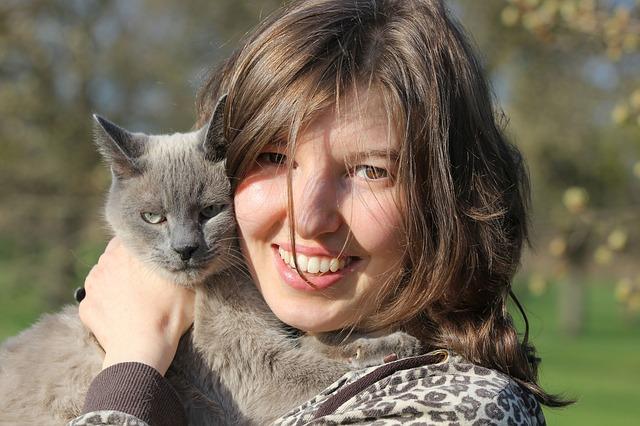 žena s mačkou.jpg