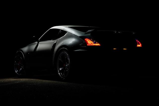 čierne športové auto