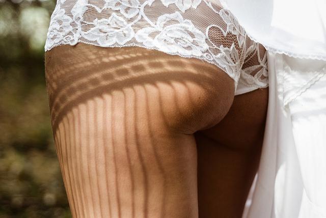 Žena v čipkovaných bielych nohavičkách